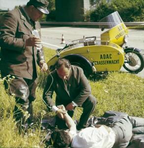 ADAC Gelber Engel bei erster Hilfe (1950er-Jahre).