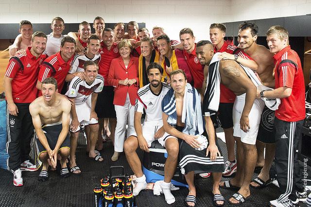 Mutti ist der zwölfte Mann: Bundeskanzlerin Merkel als Fußballmaskottchen.