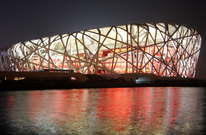 """Olympiastadion in Peking: Das """"Vogelnest"""", das zum Wespennest wurde - kritisches Anpieksen unerwünscht."""
