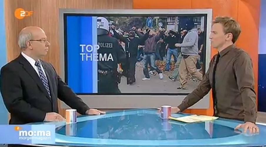 ZDF Morgenmagazin Moderator Breyer mit braunem Hemd.