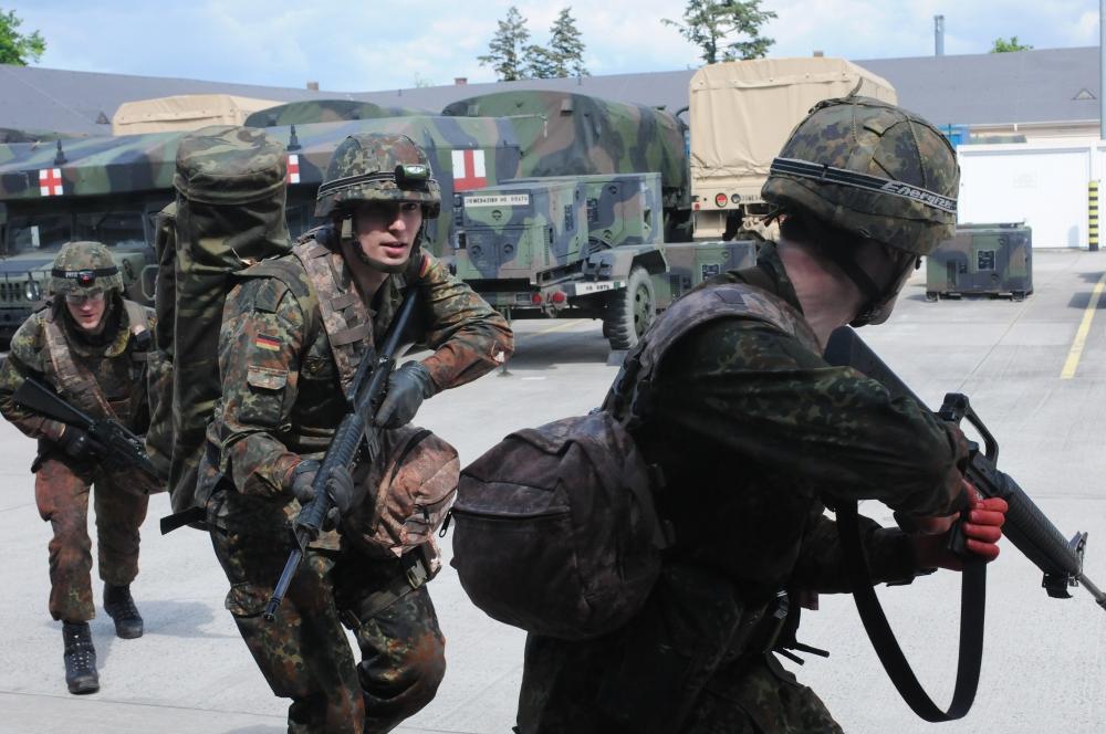 Bundeswehr - Pannenserie mit Helm und Gewehr.            Quelle: Wiki Commons.
