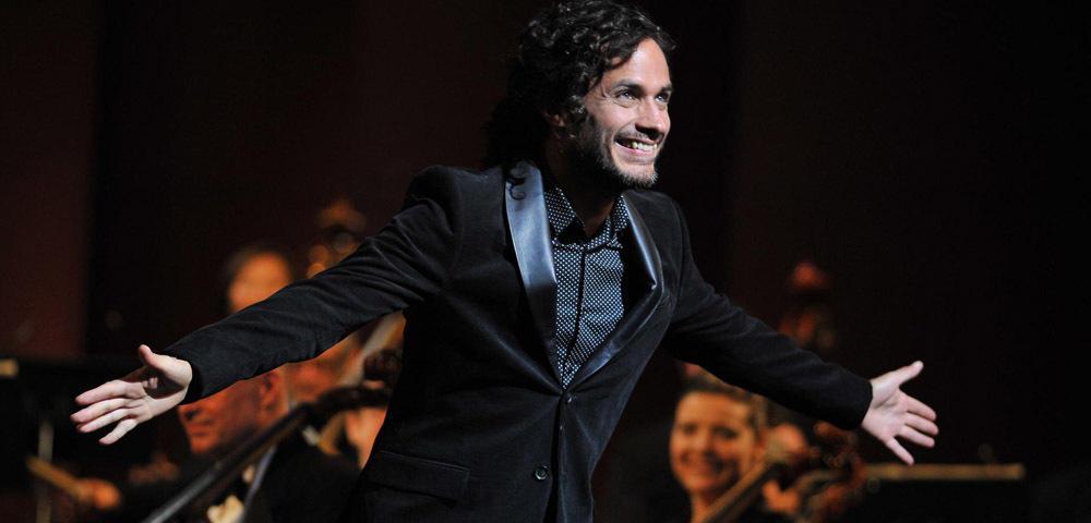 Schockierende Erkenntnis: Fiktiver Dirigent Rodrigo de Souza (Gael García Bernal ) hat auch einen Unterkörper. (Quelle: Amazon)