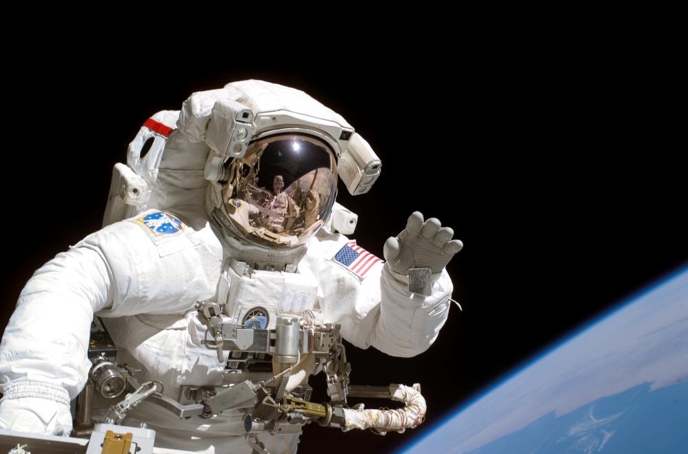 Astronaut grüßt zur Tarnung freundlich - wen will er töten? (Quelle: NASA)